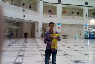 Отец с сыном Ярославом в холле детской клиники Шнайдер
