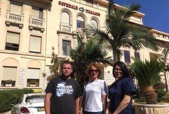 Пациенты на фоне Итальянского госпиталя в Израиле