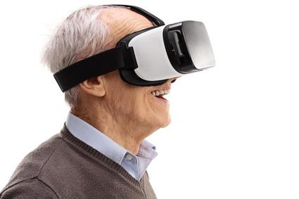 Пожилой человек с очками виртуальной реальности