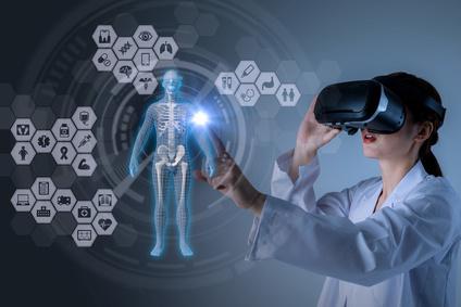 Врач смотрит через очки виртуальной реальности