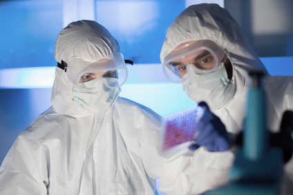 врачи в защитных костюмах от радиации