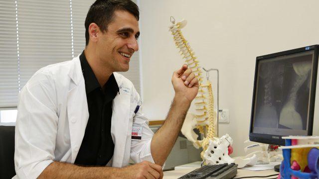 Операцию по исправлению шейного горба выполнил доктор Мурси Хасан