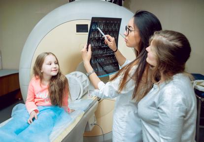 Девочка после обследования МРТ головного мозга и врачи