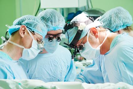 кардиохирург делают операцию