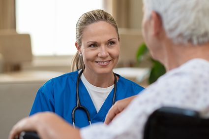 женщина-врач с пожилым пациентом
