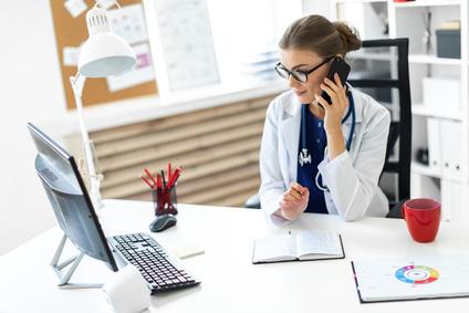 врач перед компьютером
