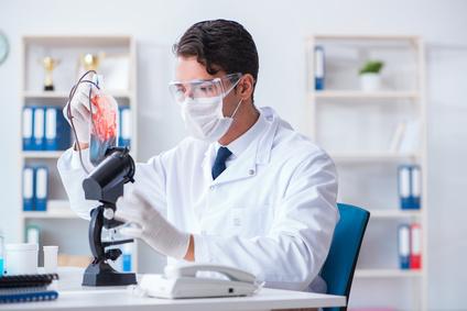 врач в лаборатории