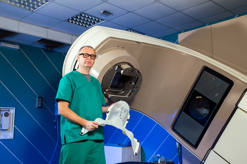 врач с аппаратом лучевой терапии