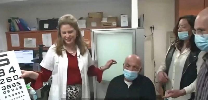 Проф. Ирит Бахар с пациентом после операции (Скриншот CorNeat)